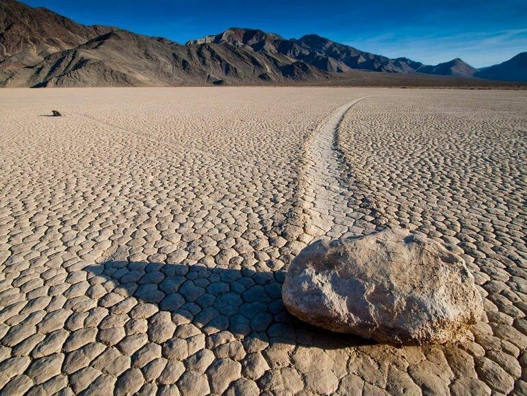 Движущиеся камни в Долине Смерти (США)