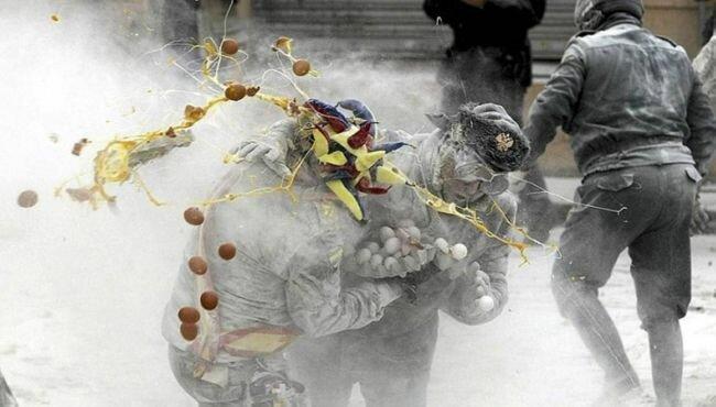 Праздник Enfarinats Els: мука, яйца, военный переворот (Испания)