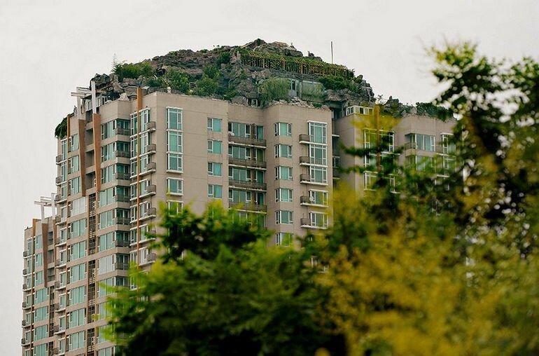 Скандальная каменная вилла на вершине небоскреба (Китай)