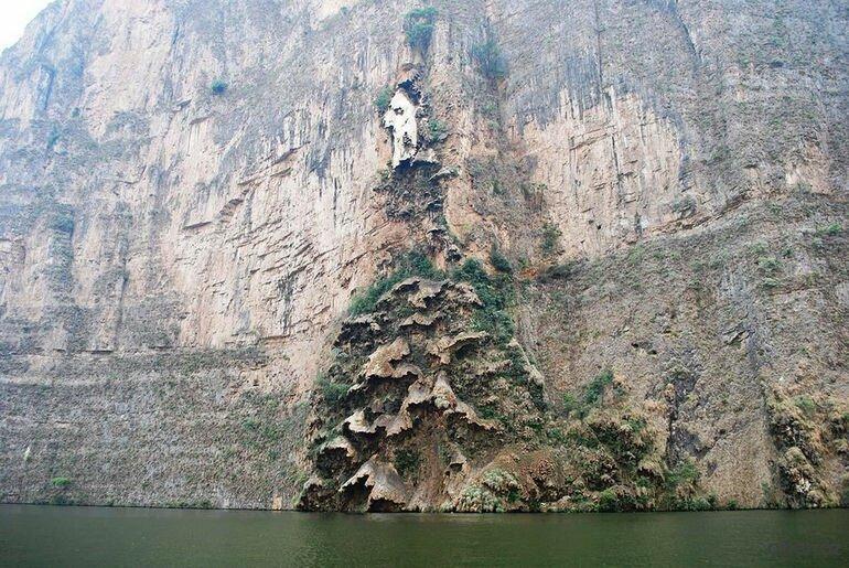 Водопад Рождественское дерево: картина на скалах, созданная природой (Мексика)