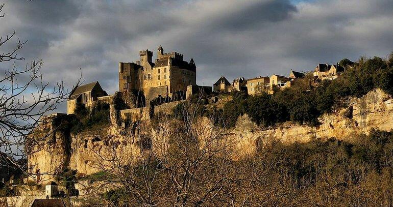 Живописный замок Бейнак (Франция)