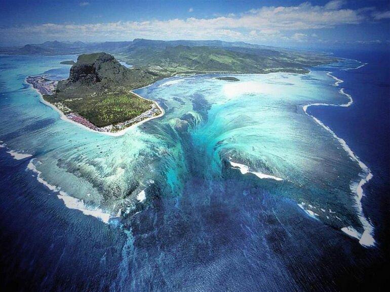 Трехмерная иллюзия руками природы: подводный водопад у берегов Маврикия