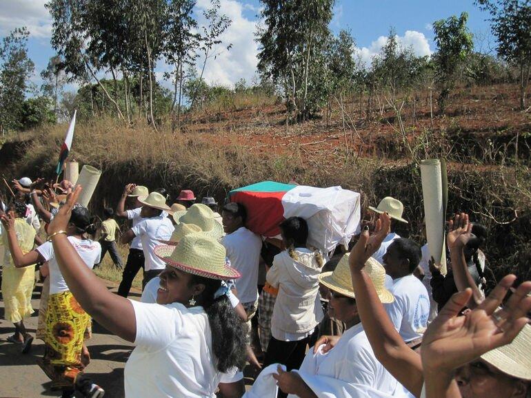 Фамадихана: танцы с мертвыми на Мадагаскаре