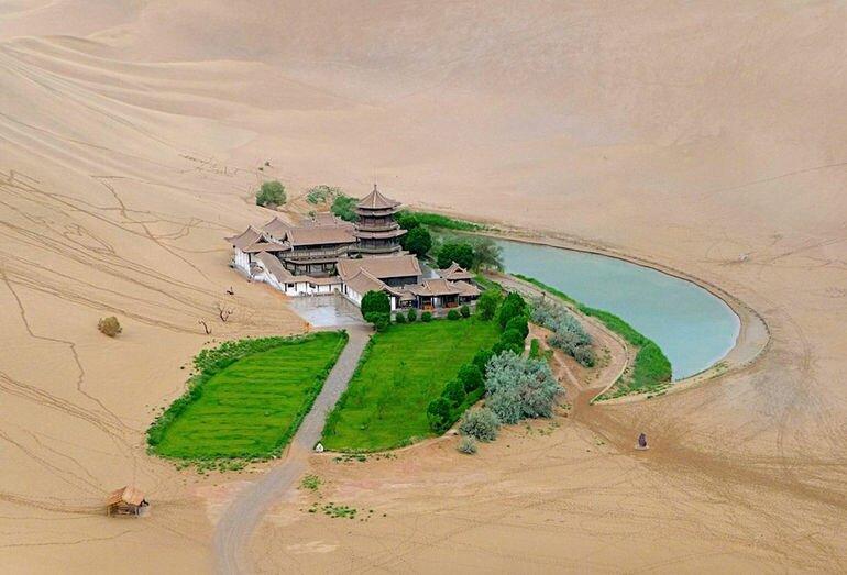 Озеро Юэяцюань: источник жизни в пустыне Гоби (Китай)