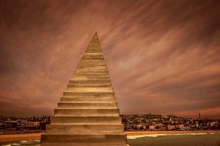 Скульптура иллюзия «Уменьшение и Восхождение»: лестница в небо (Австралия)