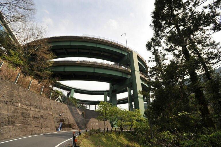 Кавадзу Нанадару: мост в виде спиральной рампы (Япония)