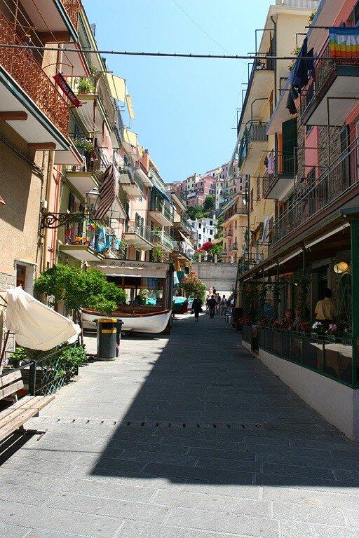 – красочный город на скалах италия